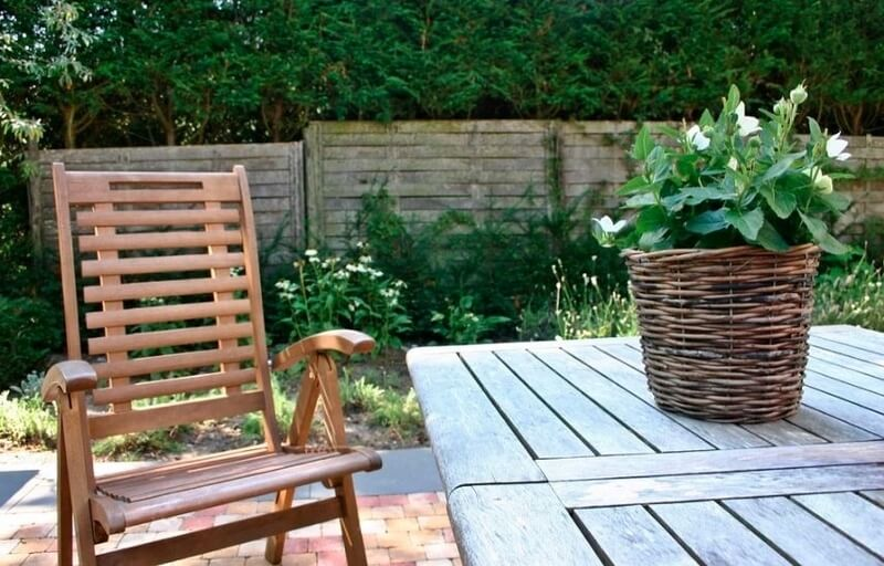 Drewniane krzesła składane – kiedy warto postawić na takie rozwiązanie?